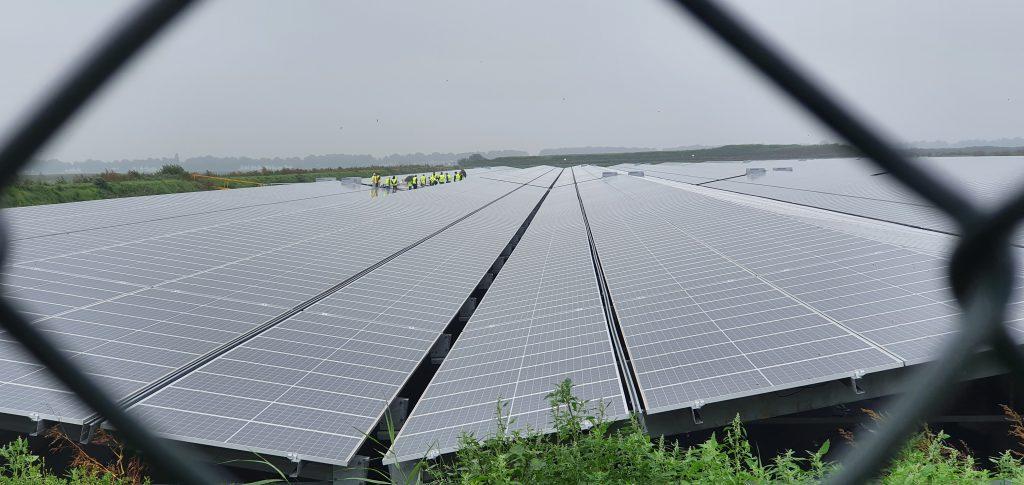 Een groep krijgt een rondleiding op het Zonnepark tijdens de Open Energiedag 2021.